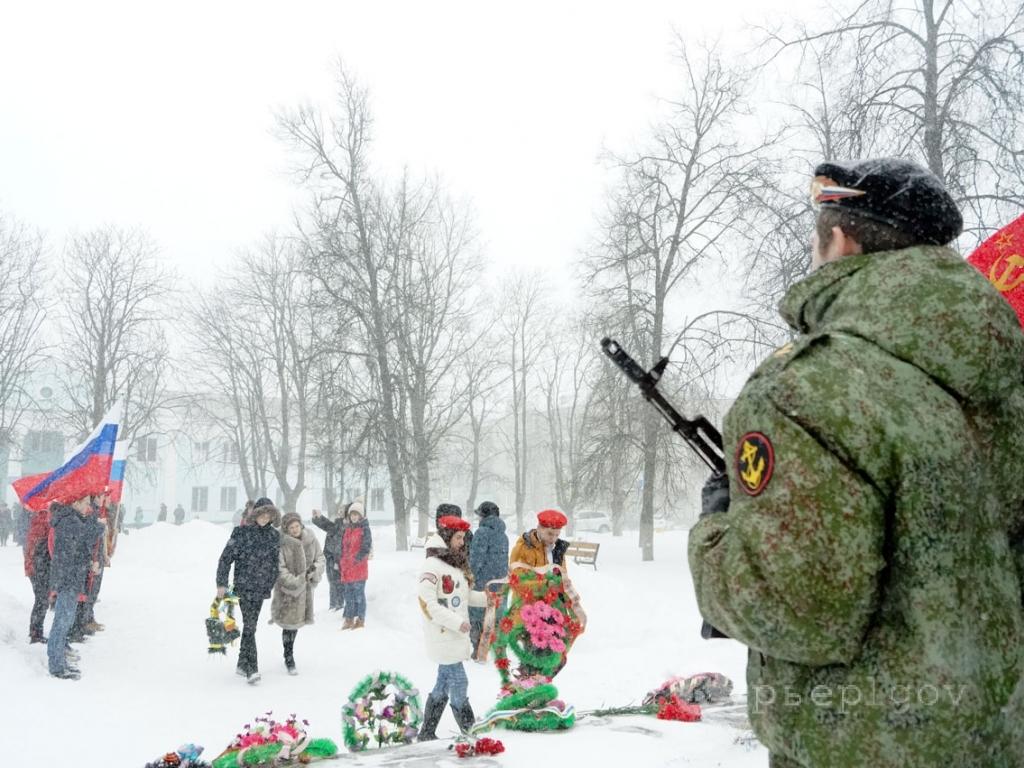 Не смотря на сильную метель льговчане возложили цветы к памятнику Героям молодогвардейцам