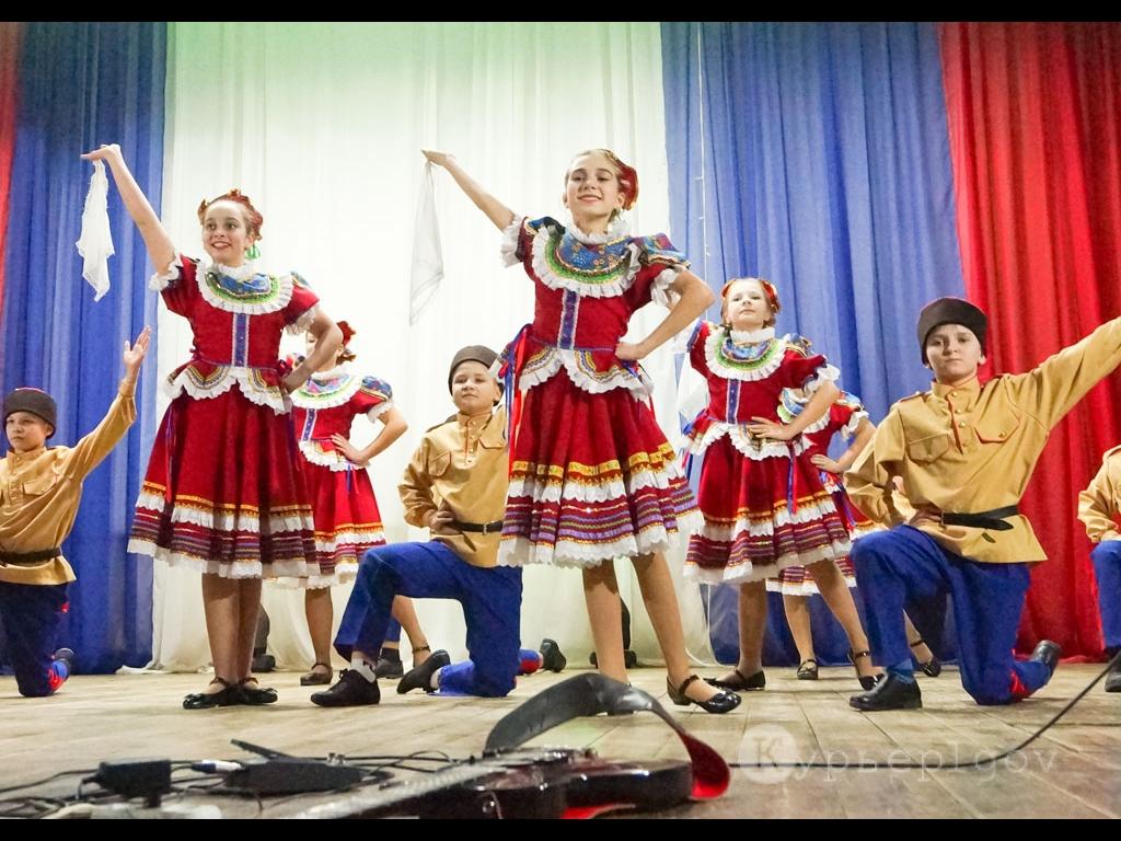 Выступает хореографический коллектив «Данс»  (рук. Нина Усова)