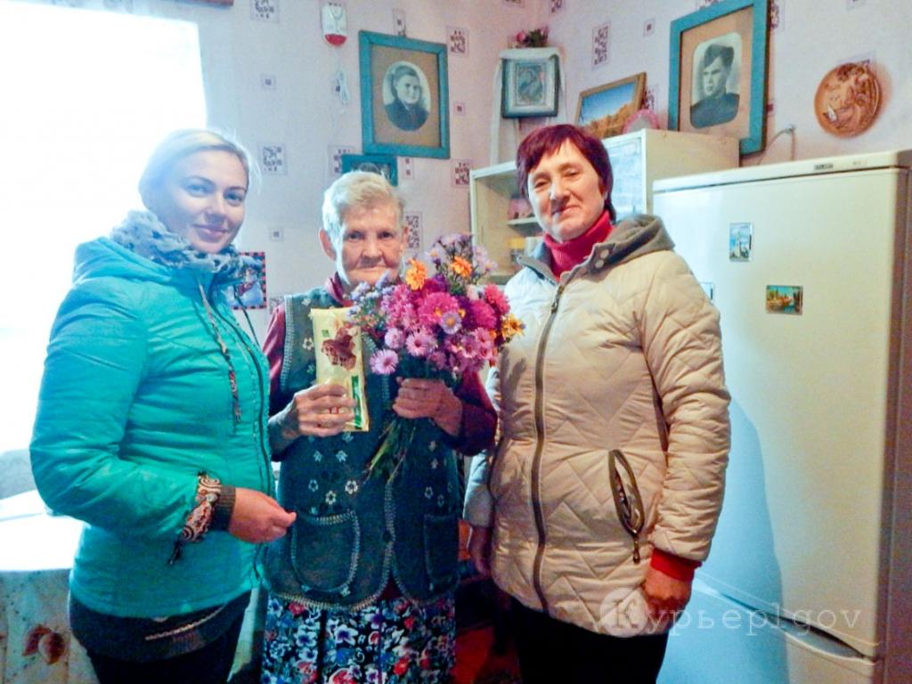 М. В. Молокова (слева) и В. М. Новикова (справа) в гостях у Зои Владимировны Глянцевой.