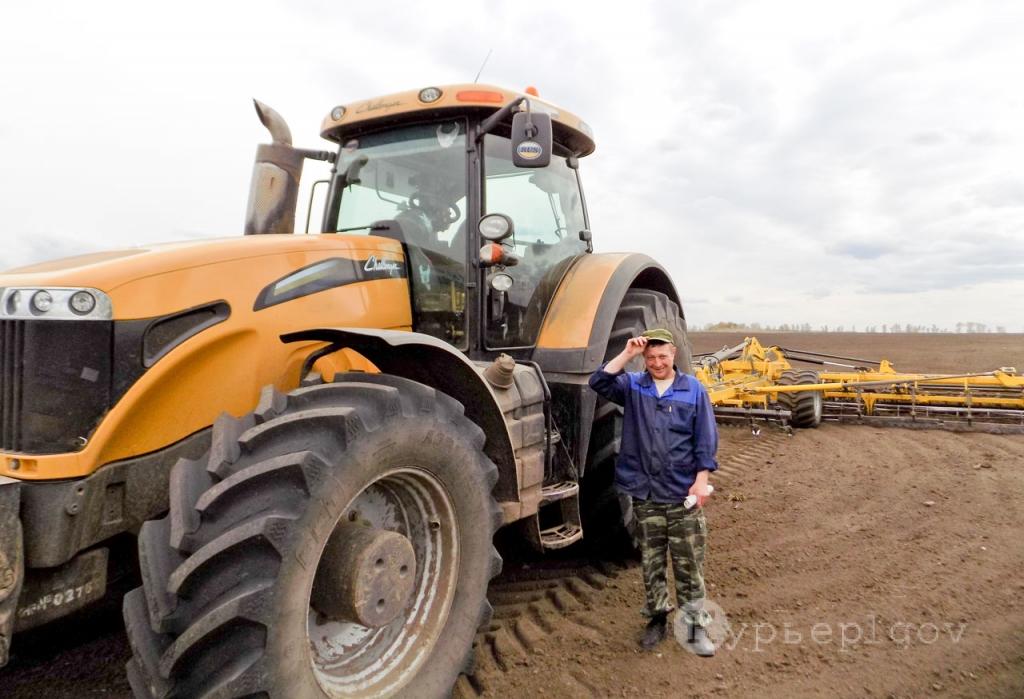 Стаж механизатора А. А. Аксёнова – 23 года. А на этом тракторе «Челленджер», способном справиться с самыми тяжёлыми работами, он работает в АФ «Рыльская» уже четвёртый год.
