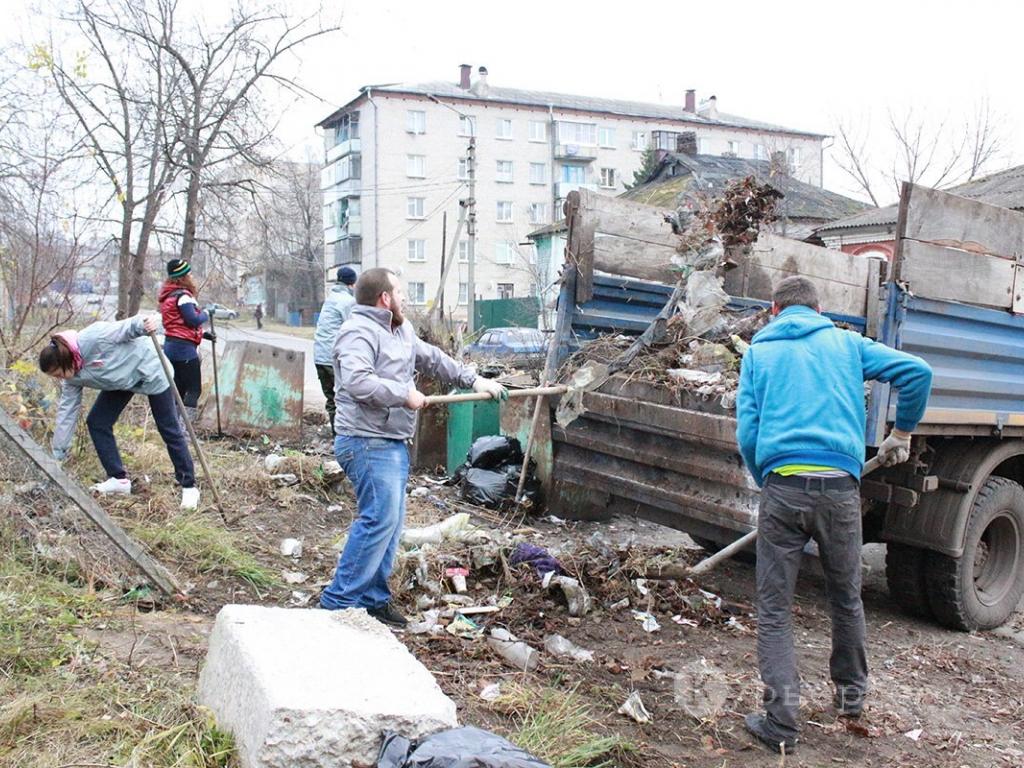 В минувшую субботу молодежная команда ОНФ навела порядок возле контейнерной площадки в переулке Кирова