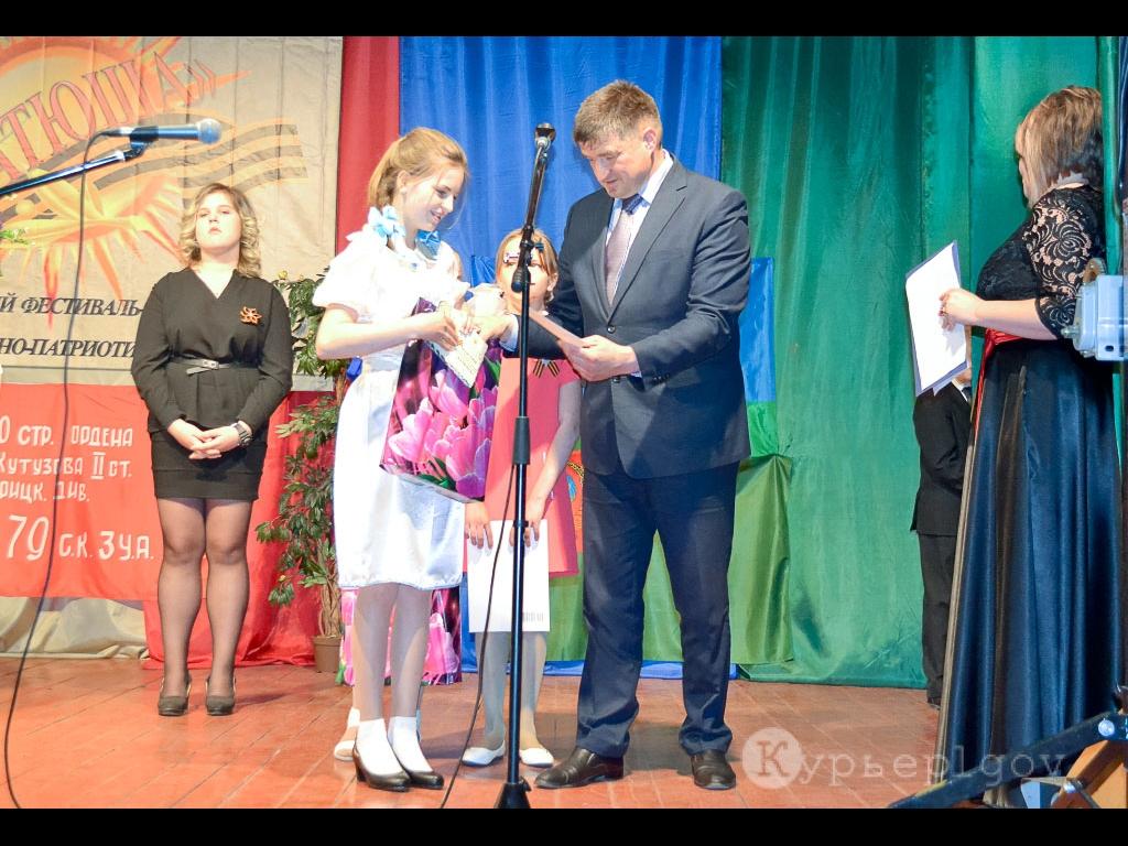 Гран-при Кристине Никулиной вручает глава Льговского района С. Н. Коростелев