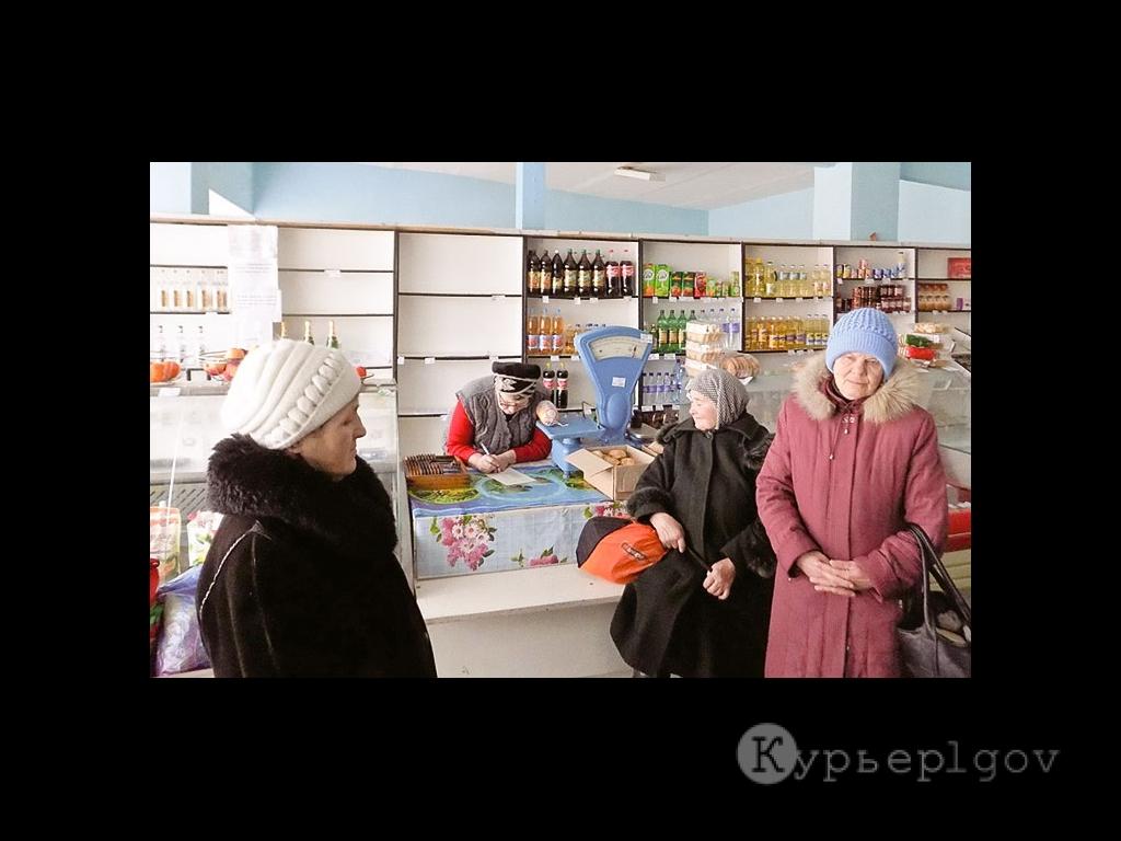 Один из последних дней работы магазина в Иванчиково. Покупатели в раздумье...