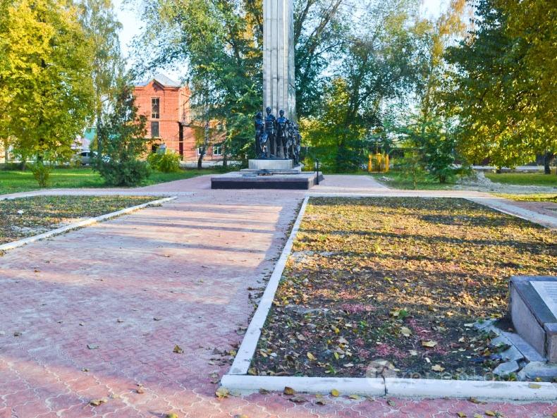 Сквер Льговских молодо-гвардейцев обновлен. НА дорожках уложена новая тротуарная плитка