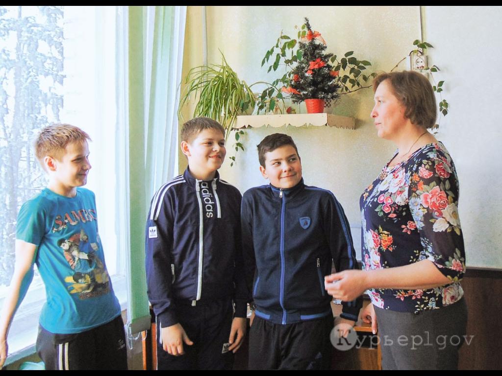 Олег Шатайло, Саша Елькин и Никита Милицын из 6-б полностью согласны со своим завучем: теперь в школе теплоооо… Оттого и настроение у всех радостное!