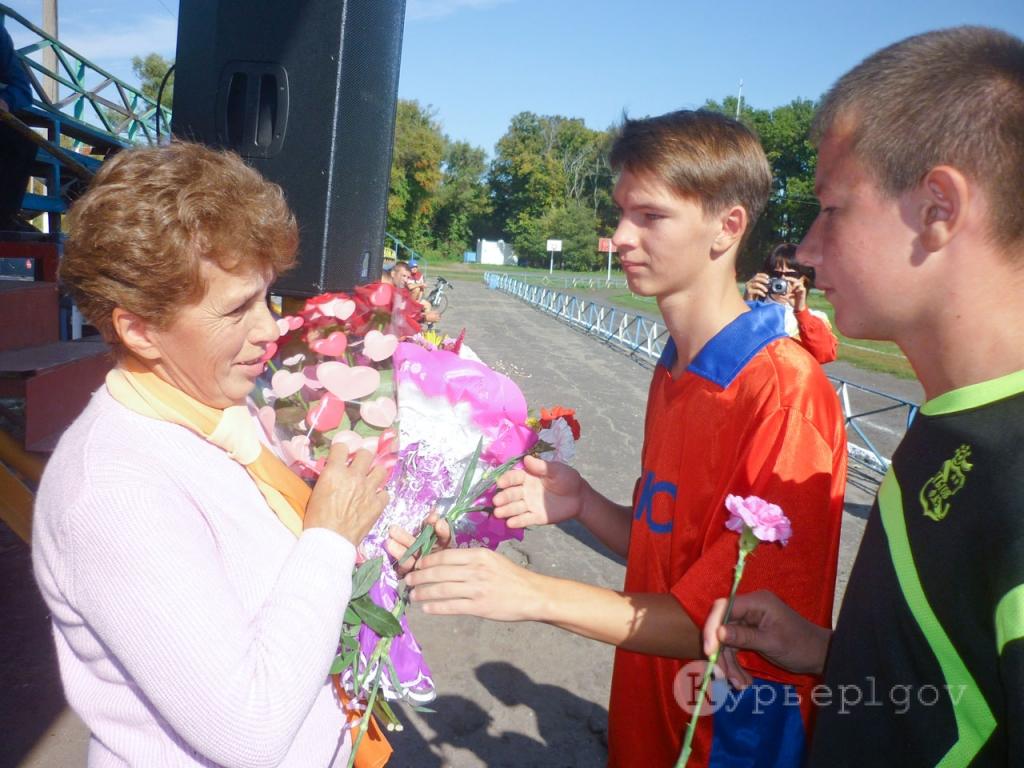 Цветы от юных футболистов – маме Сергея Любови Васильевне
