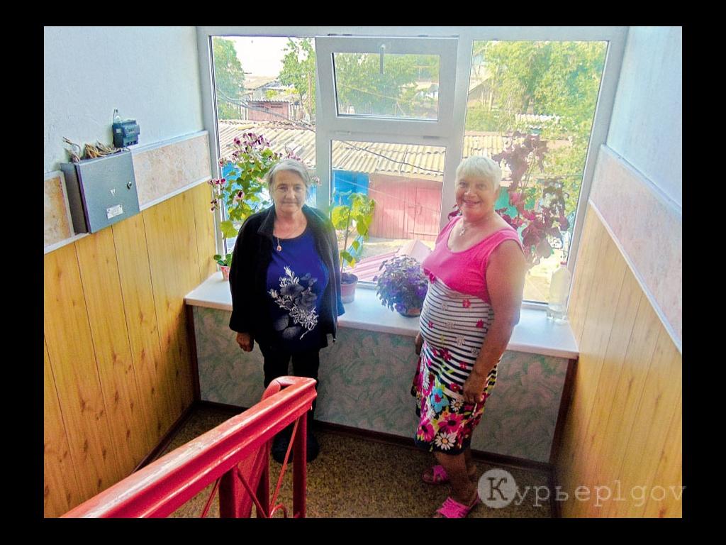 «В таком подъезде и настроение прекрасное», – считают А. Г. Гулидеева (справа) и З. Е. Кушнарева