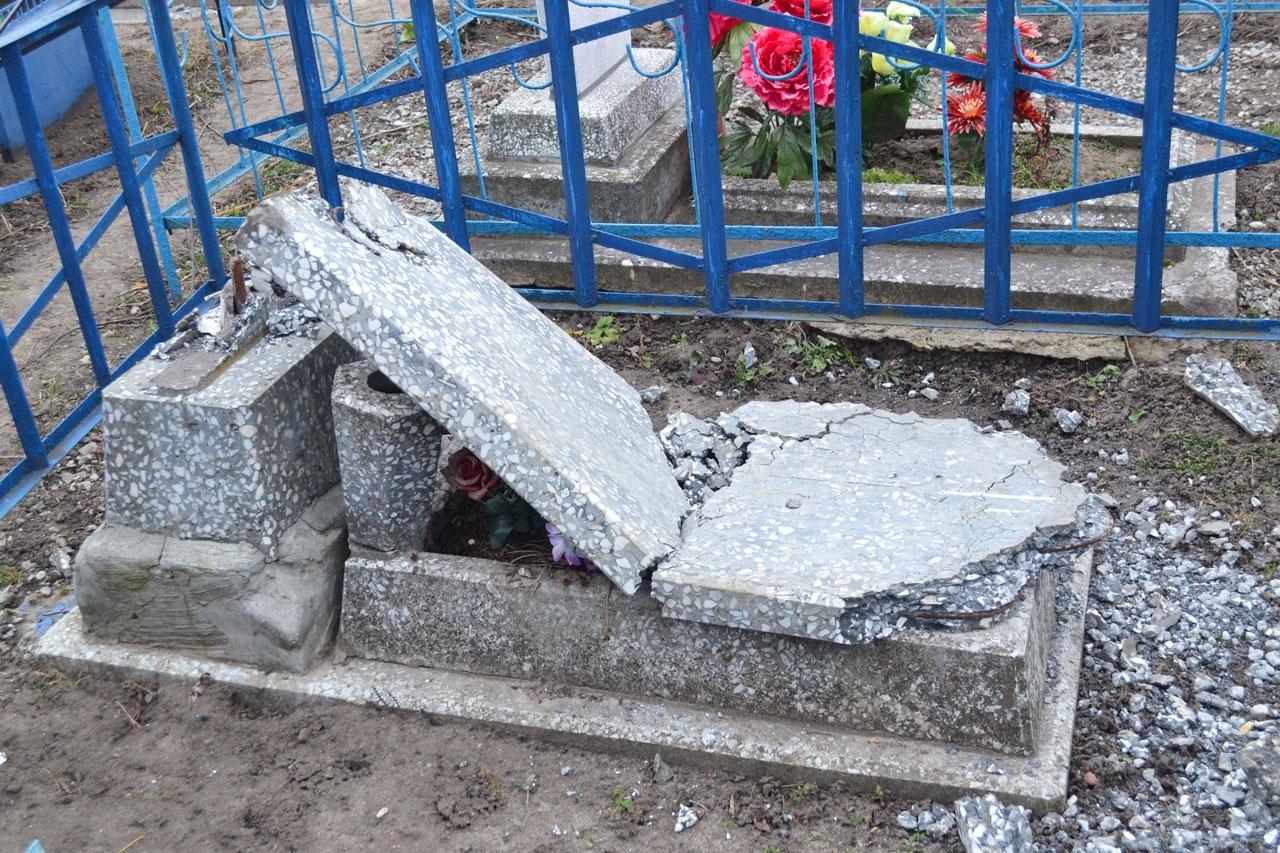 Во Льгове вандалы разгромили кладбище