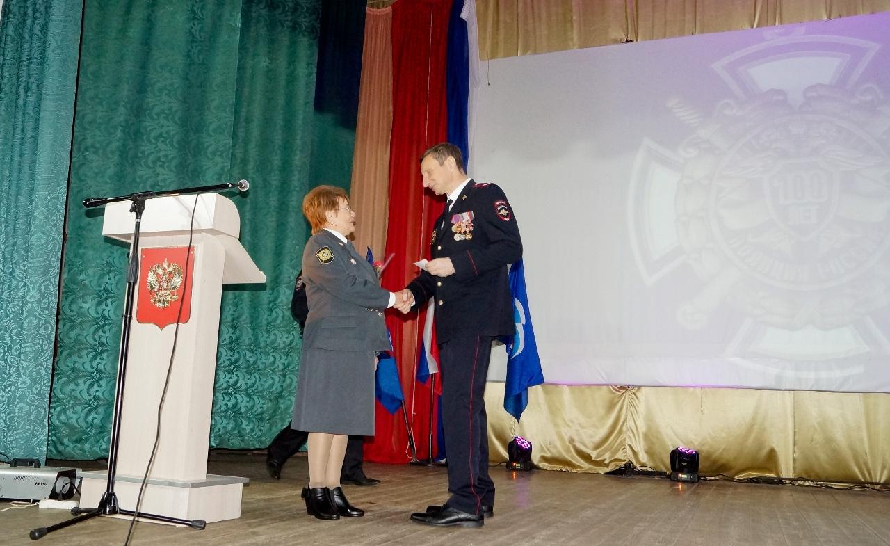 Памятную медаль «К 100-летию советской милиции» получает председатель Совета ветеранов правоохранительных органов М. А. Новикова