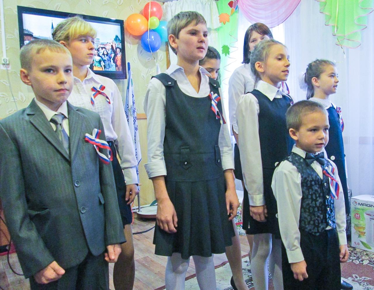 Музыкальное поздравление к празднику в исполнении воспитанников приюта при  ОКУ «Льговский центр соцпомощи»