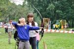 В тире КФСЛ Галина тренирует начинающих лучников в секции стрельбы из лука. С августа школьников становится все больше.