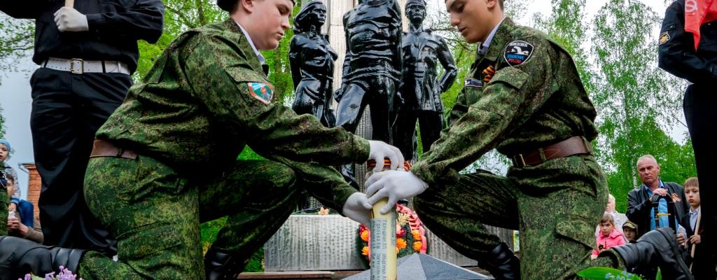 Захоронение капсулы с землей взятой с места расстрела льговских молодогвардейцев под Рыльском.