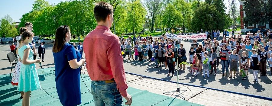 Все утро ученики детских коллективов радовали собравшихся горожан песнями и танцами...