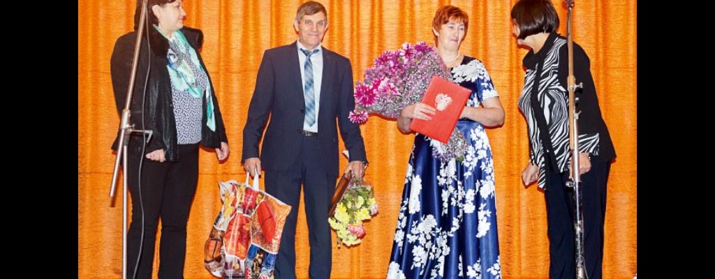 Супружеская чета Белых принимает поздравления от представителей отдела культуры райадминистрации