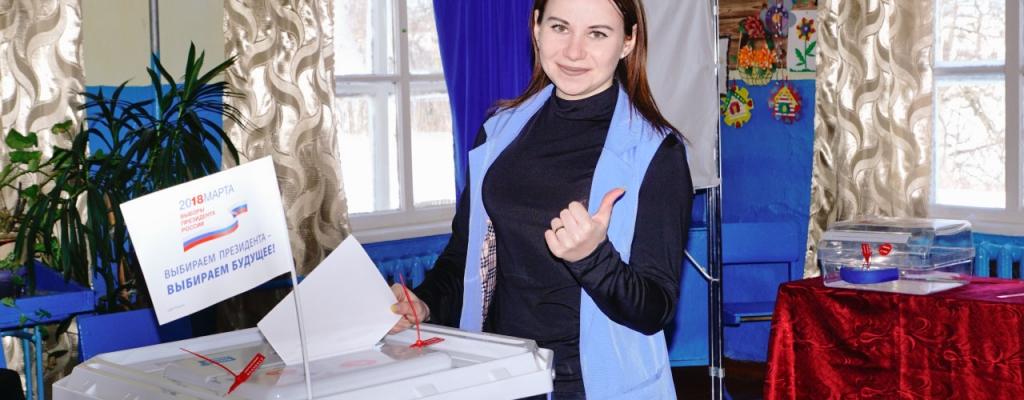 – Очень удобно голосовать по месту нахождения, – считает Татьяна Ивашова. – Так не потеряется ни один голос, все вовремя смогут выполнить свой гражданский долг. Россияне сегодня голосуют за будущее своей страны и лично мне наше общее будущее небезразлично