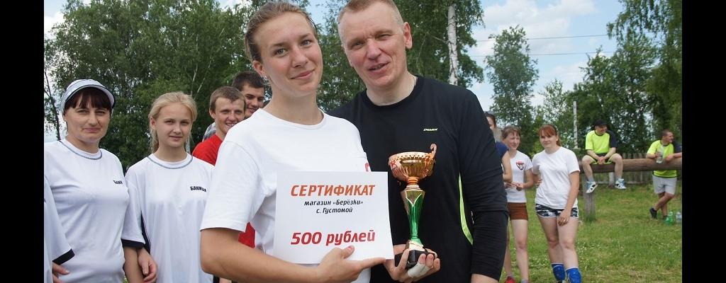 Кубок победителя получает капитан банищанской команды Алена Алмосова (справа – Константин Муханов)