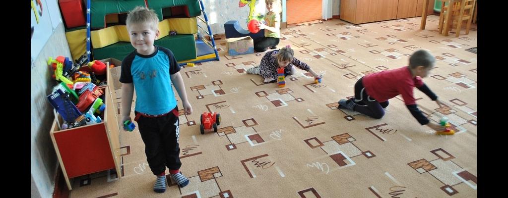 Дети с трех лет начинают привыкать к школе и, став потом первоклассниками, не будут бояться отправляться в новое здание к незнакомым сверстникам