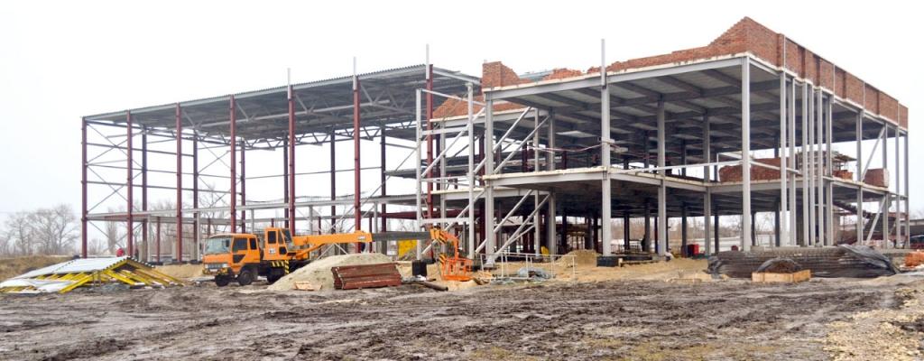 Всего в здании будет четыре этажа: первый  – технический, на втором будут расположены бассейны, на третьем – административные помещения, а на четвёртом – газовая котельная.