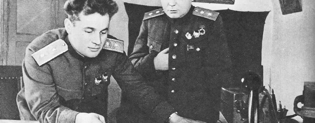 Командующий 60-й армией Иван Данилович Черняховский (слева) и член  Военного совета армии Александр Иванович Запорожец. Март 1943 г.