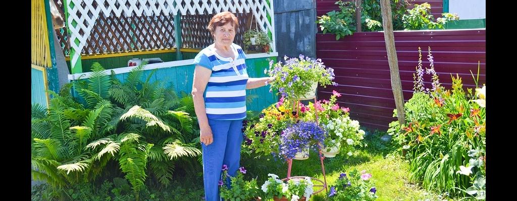 Любовь Васильевна в окружении своих очаровательных цветов