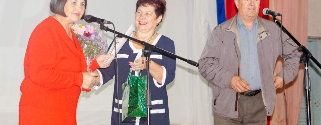 Р. Н. Литвинова поздравляет Л. И. Бормотову с началом нового учебного года.