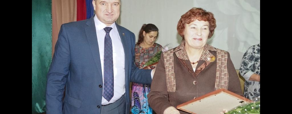 Глава района Сергей Коростелев поздравляет Валентину Ивановну Вертикову, маму с 50-летним стажем