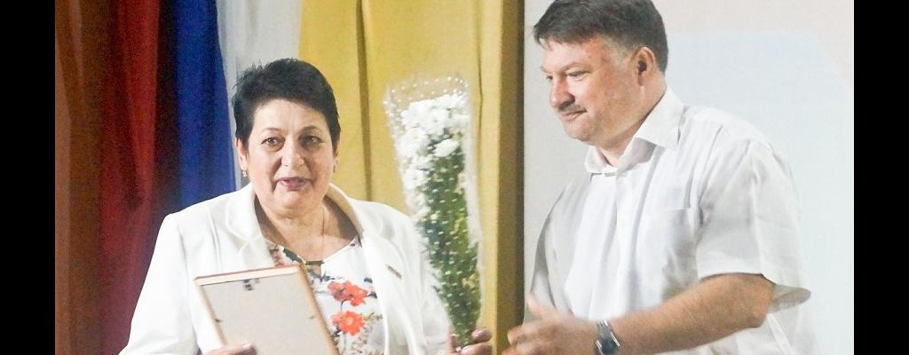 Награду получает заместитель главврача Льговской ЦРБ О. Н. Лозовая