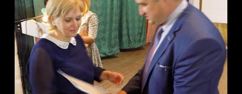 Глава администрации Льговского района С. Н. Коростелев вручает почетную грамоту ведущему специалисту отдела соцзащиты С. В. Фищенко