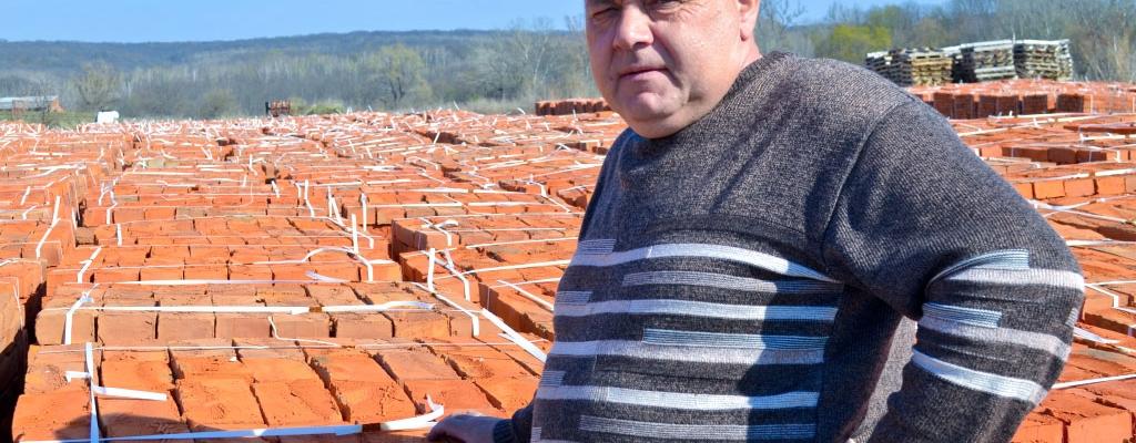 Виктор Михайлович Вишневский уже усвоил, что в селе выживает тот, кто трудится с утра до вечера. По-другому там не получится....