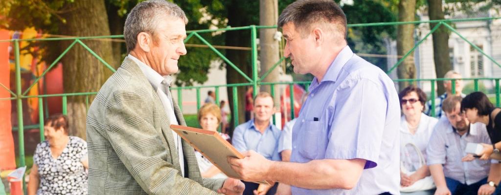Благодарность администрации Льговского района получает машинист бульдозера путевой машинной станции № 338 В. В. Елистратов