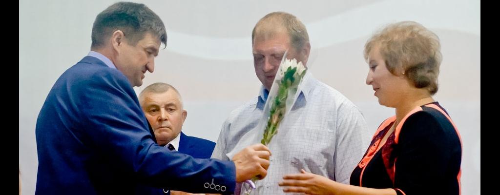 Лучшим семьям района  С. Н. Коростелев вручил благодарности и ценные подарки