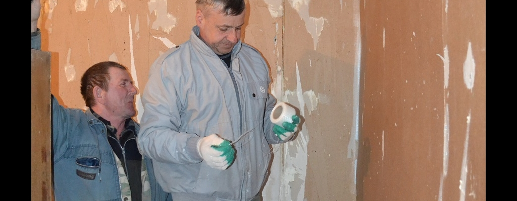Ремонт в медпункте проводится, пока на улице работать не позволяет погода. А. П. Астахов и П. А. Березников (слева направо)
