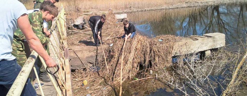 В ходе экологической акции «Чистый город – чистый берег» молодежь очистила от сухостоя и мусора прибрежную часть реки Сейм