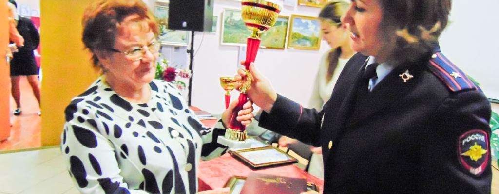 Диплом и Кубок Марии вручает Н. Сошина