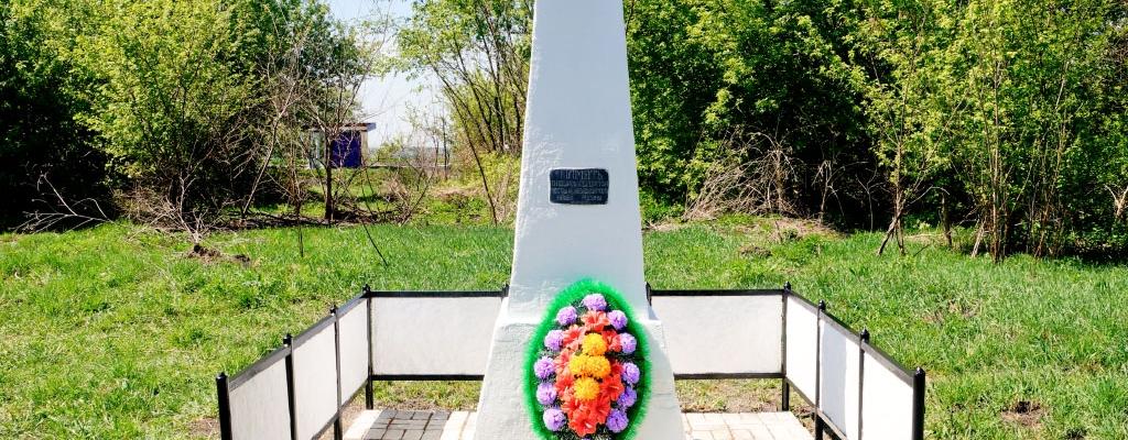 Теперь шефство над памятником взяли ученики Семёновской основной школы...