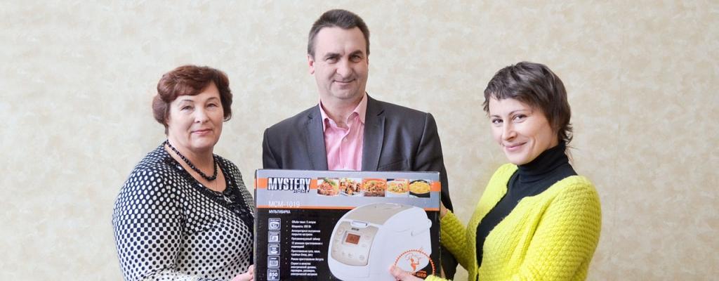 Глава Селекционного сельсовета П. В. Вертиков с мамой получают приз - мультиварку - из рук главного редактора