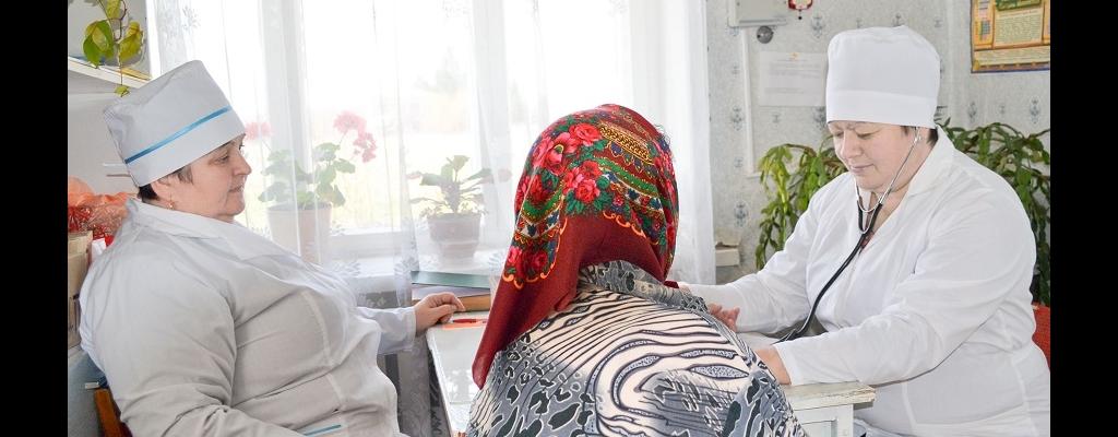 В. П. Заплаткина (слева) и Т. В. Киреева принимают пациента