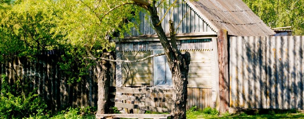 И кажется, что пустые дома помнят о своих жителях, сохраняя на себе отпечаток прошлых лет.