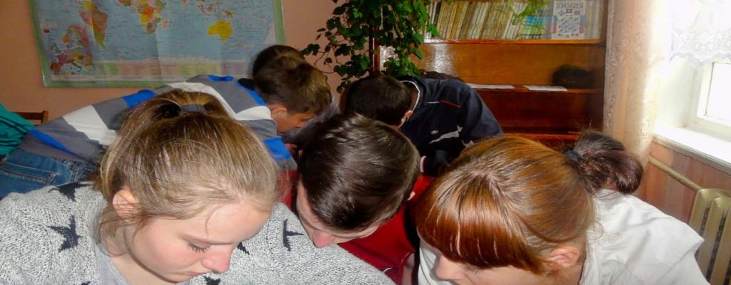 Потом мы разгадывали ребусы, собирали слова, решали лингвистические задачки