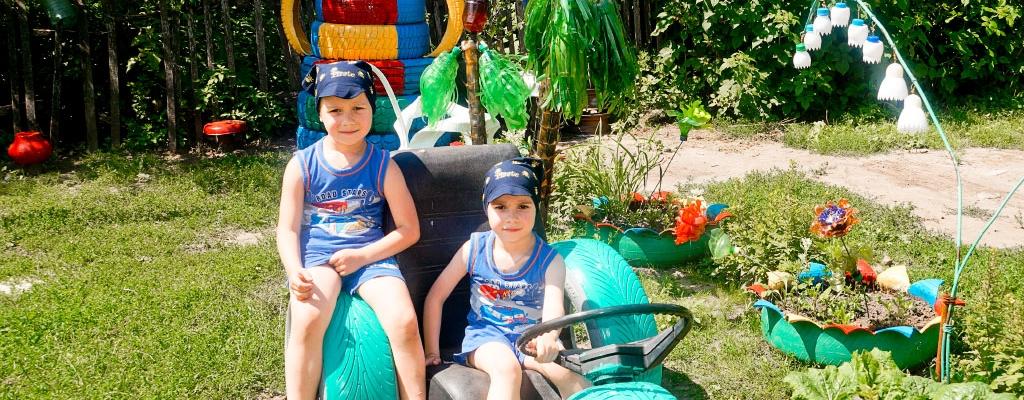 …Вот и братья-двойняшки Пушкарёвы, приехавшие из города на каникулы к бабушке, не смогли пройти мимо такой яркой детской площадки!